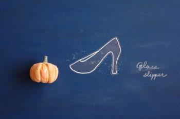 カボチャと黒板に書かれたガラスの靴