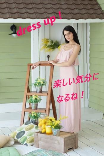 ピンクのドレスを着た女性とペパーミントグリーンの部屋