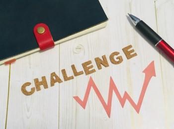 ノートとペンと「CHALLENGE」の英語の文字