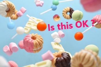 水色の背景にたくさん散らばるお菓子