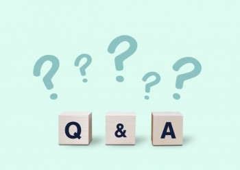 ペパーミントグリーンの背景に「Q&A」の積み木とはてなマーク
