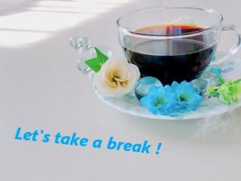 白いテーブルにガラスのカップに淹れられたコーヒー