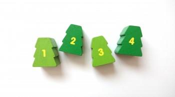 1,2,3,4と書かれたモミの木の積み木