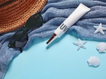 帽子とサングラスと日焼け止めクリーム