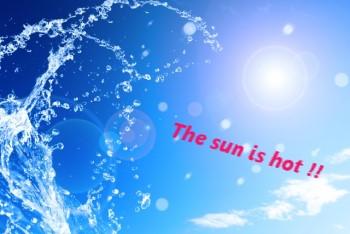 青空に太陽とはねる水しぶき