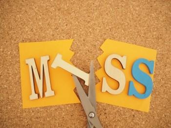 MISSの文字を切るハサミ