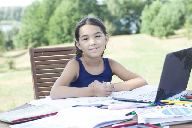 屋外で勉強する女の子