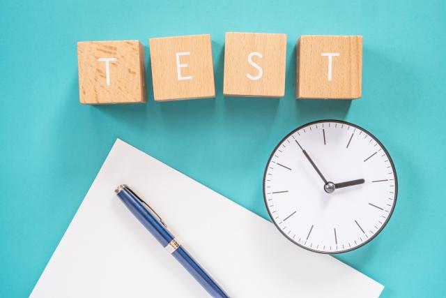 テスト用紙と時計とペン