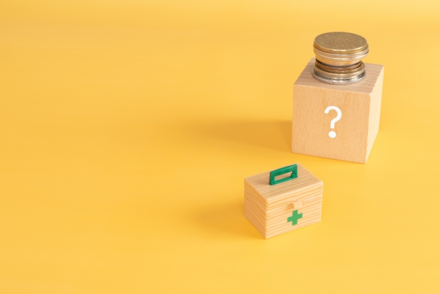 黄色い背景に薬箱と薬の瓶