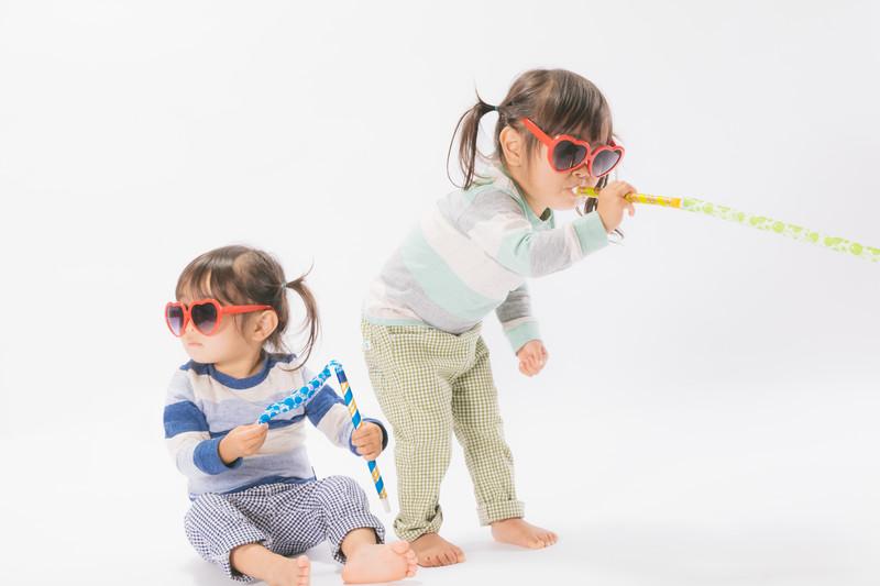 笛を吹く二人の女の子