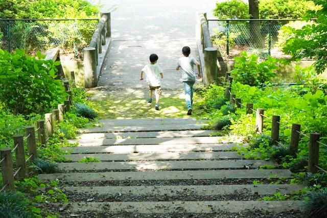 階段を駆け下りる子どもたち