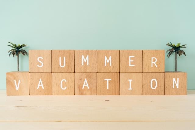 「夏休み」の文字が入った積み木とヤシの木のミニチュア