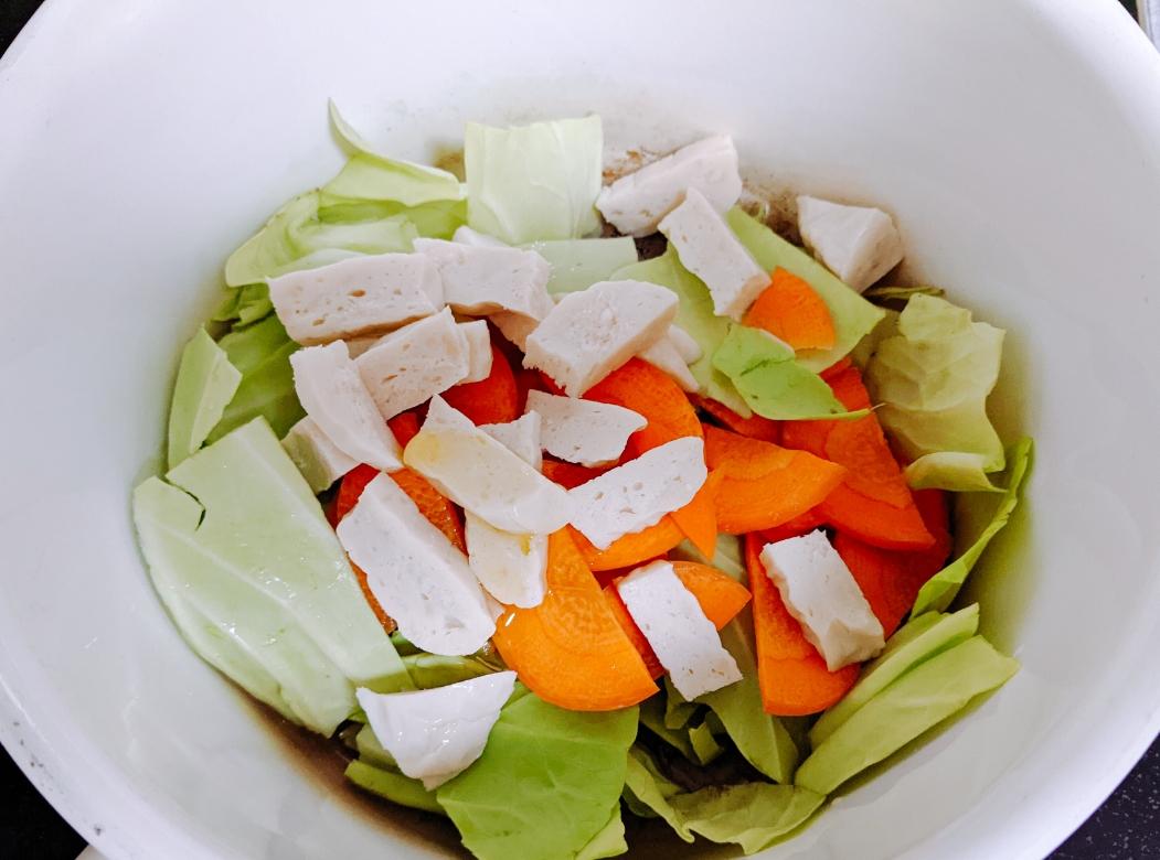 鍋に入った野菜とサラダチキン