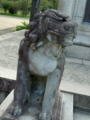 像の下にいる狛犬(?)。