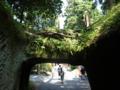 岩を削ったトンネル。