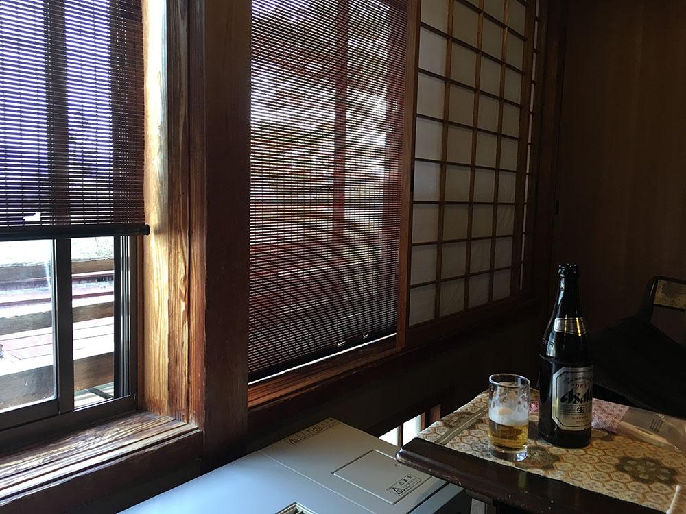 部屋の窓とビールとすだれ イメージ