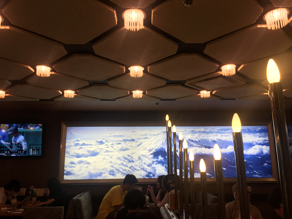喫茶フジ 店内 大きな富士山 写真