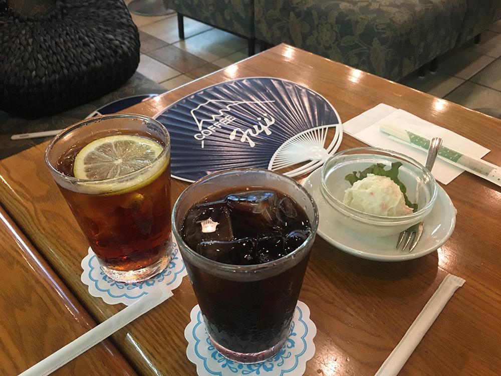 アイスコーヒーとアイスティー 焼きそばセットのポテトサラダ。