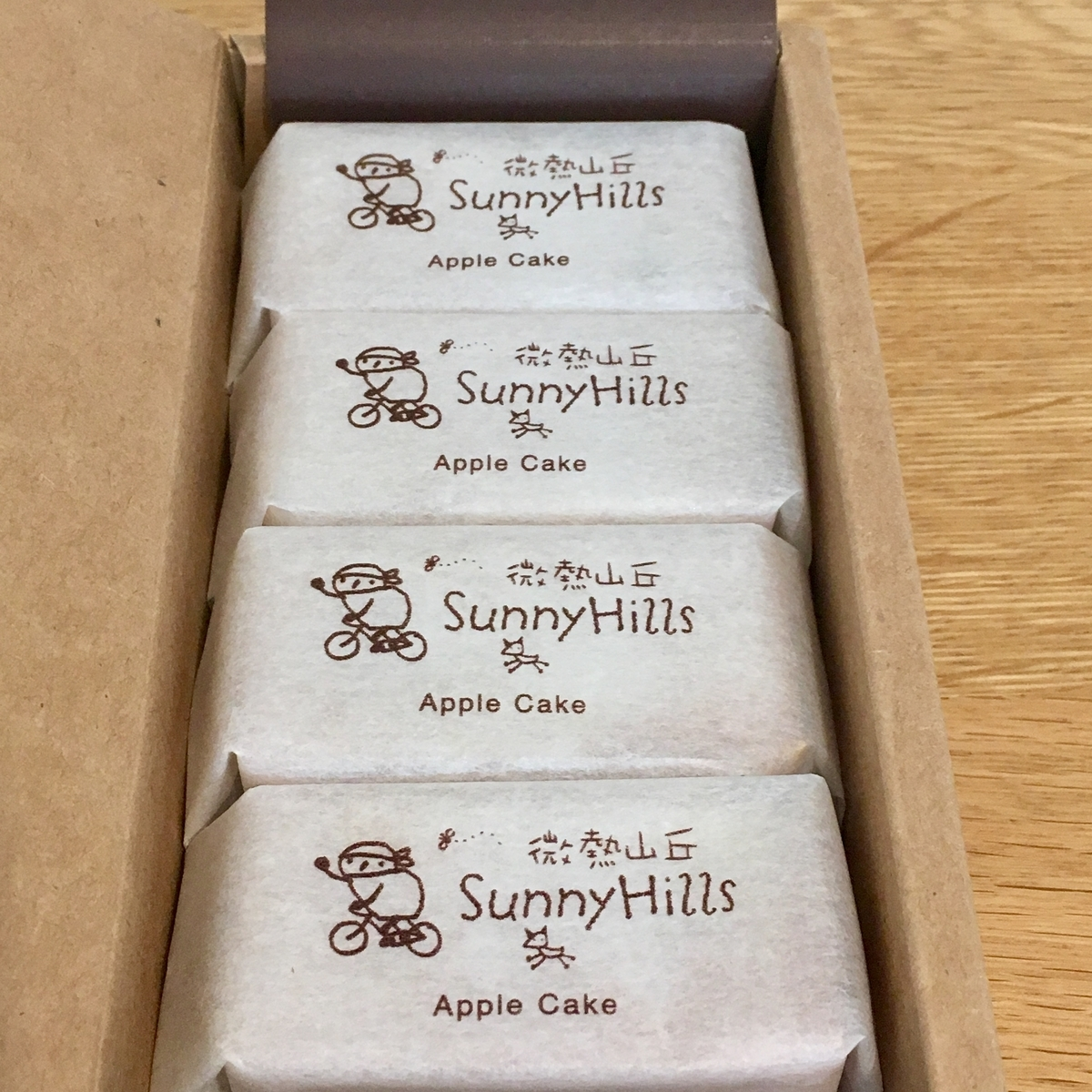 SunnyHillsのりんごケーキ5個入箱を開けた画像