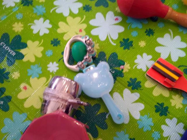マラカス、太鼓、鈴など色々な音の出るおもちゃ