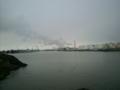 漁港の対岸にタンク群。そして煙突からモクモク