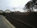 橋向なう。瓦礫置き場に利用されてた土地を耕し始めてる。土はイケて