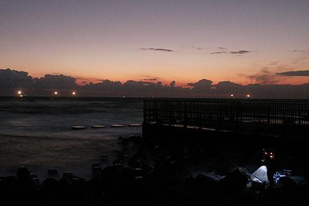 浜岡原発放水口で夜釣りする人