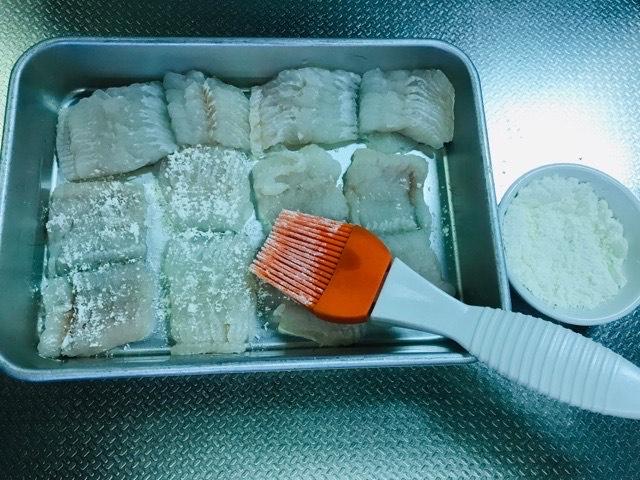 鱧に小麦粉を塗る(表)