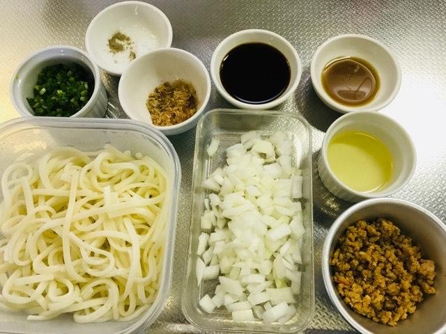 肉味噌入り焼きうどんの材料の写真