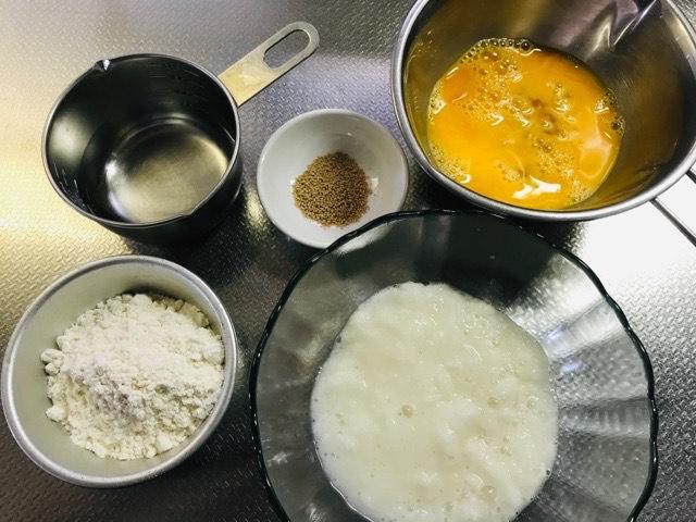 ボウルに長芋と水、粉末だしを入れる