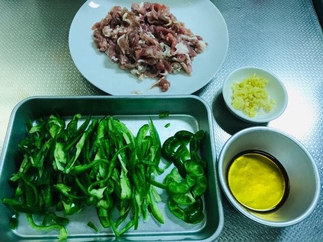 豚肉とピーマンの細切り炒めの材料写真