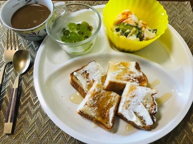 マムの今日の朝食・フルーツヨーグルトを添えて写真