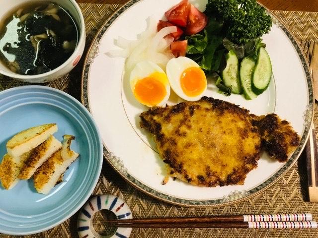 夕食にミラノ風カツレツ、サラダ、長芋のソテー、舞茸スープ写真