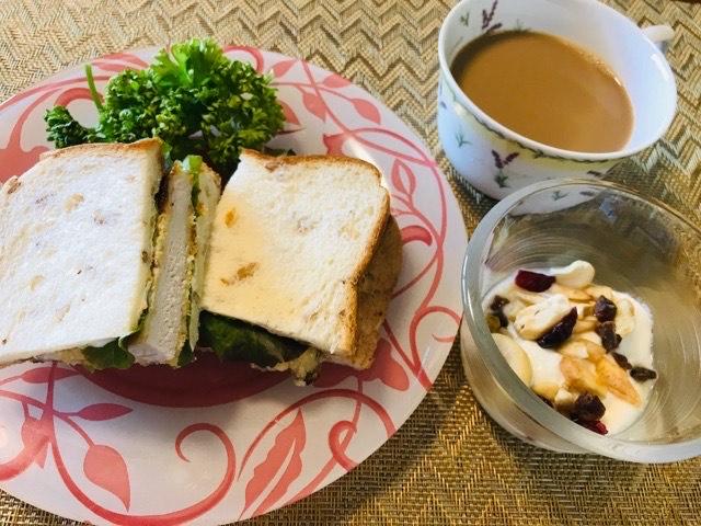 ミラノ風カツレツサンドイッチの朝食写真
