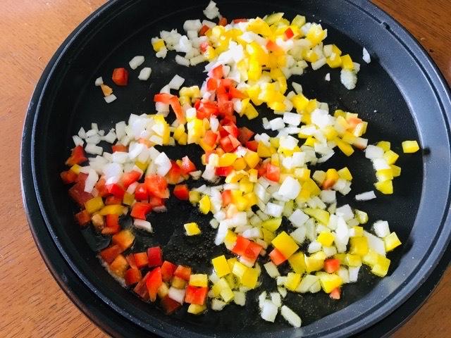 玉ねぎとパプリカを炒める