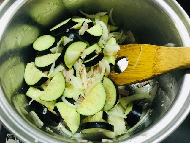 鍋で材料を炒める