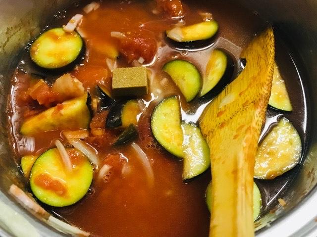 鍋で材料を煮込む