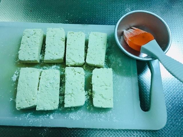 小麦粉を豆腐につける