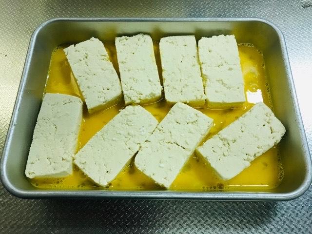 卵を豆腐につける