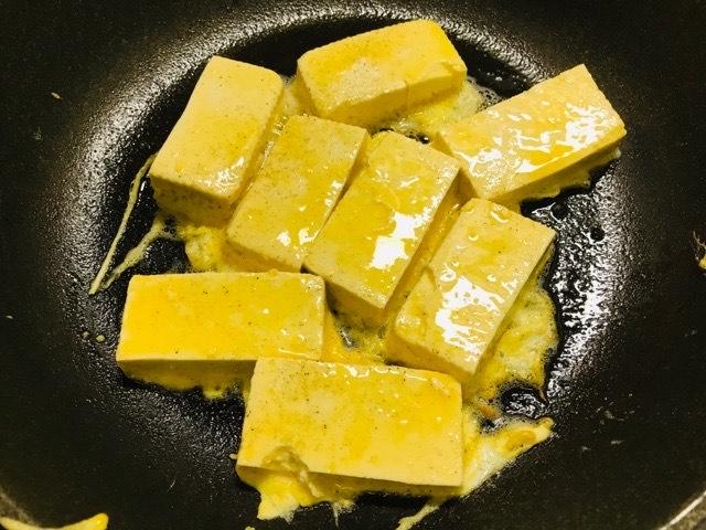 卵を浸けてフライパンで焼く