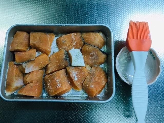 鮭に塩コショウ、小麦粉を浸ける