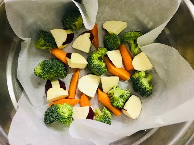 蒸す野菜を並べる