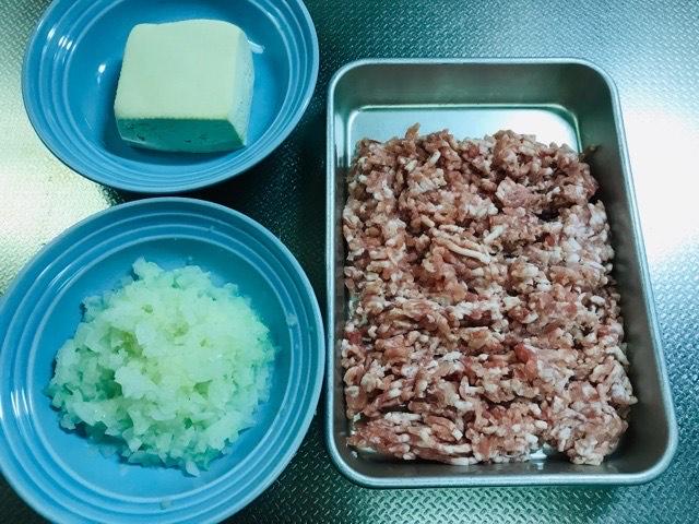 豚ひき肉、豆腐、玉ねぎ