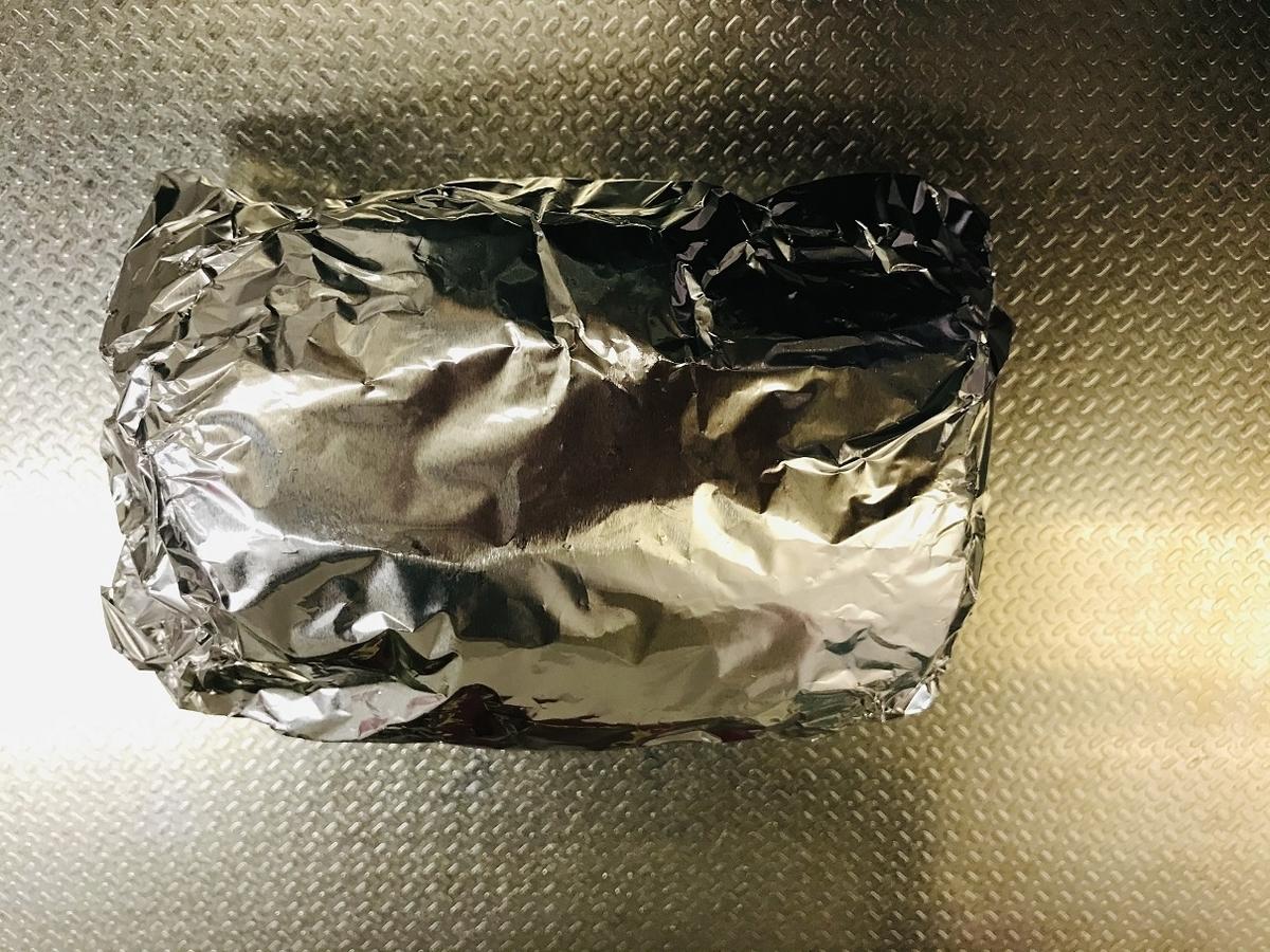 アルミホイルで肉を二重に包む
