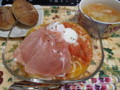 トマトと生ハムと温玉の冷製パスタとトマトとレタスのスープ。