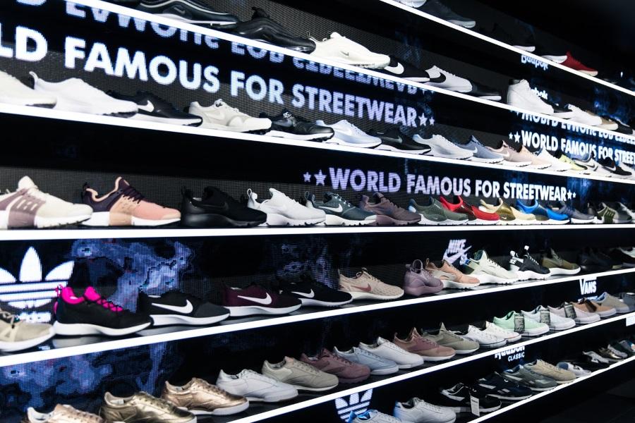 スニーカーが並んだ棚
