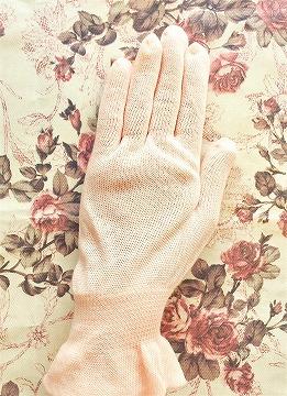 オルビスのおやすみ手袋を手につける