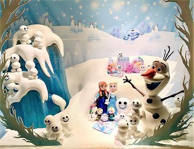 ディズニーランドのショーウィンドウ アナと雪の女王の飾り
