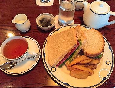テディ・ルーズヴェルト・ラウンジでサンドウィッチの食事
