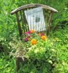 「香りの庭」のチェアと花